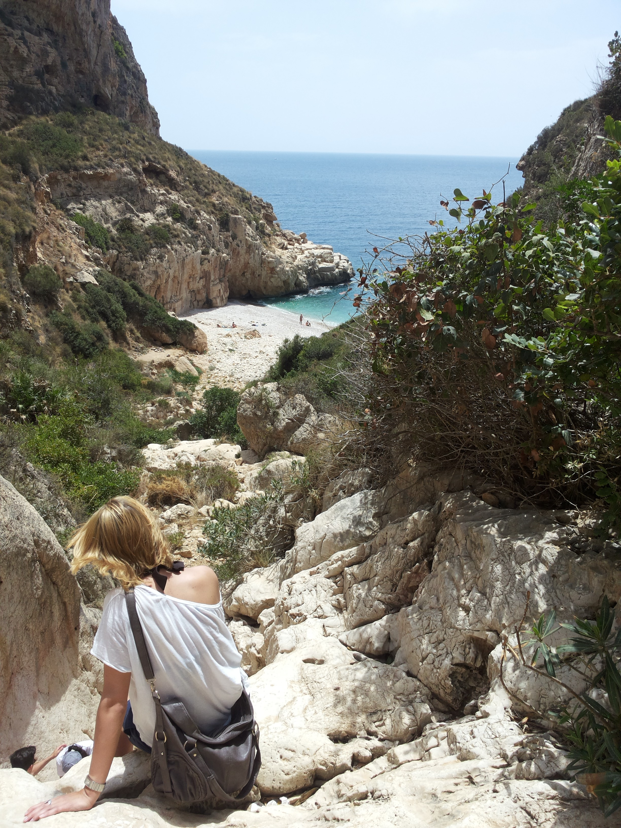 spend_life_traveling_sanne_wesselman_hiking-to-beach