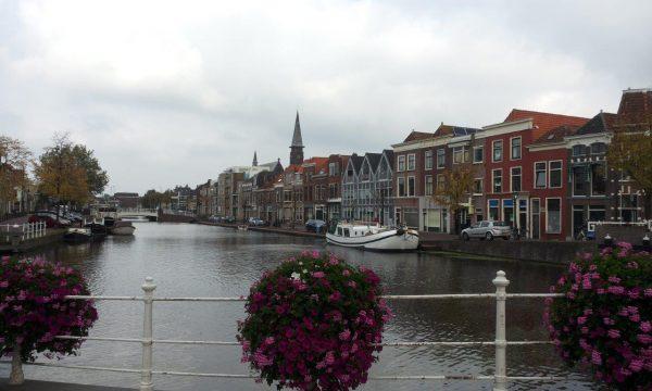 leiden_centre_canal_holland_travel_tourism