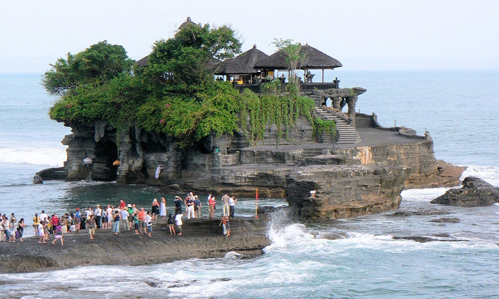 what not to miss in Indonesia: Tanah Lot temple