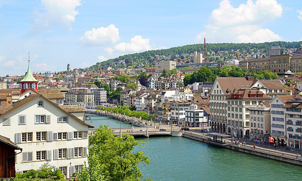 A complete travel guide to Zürich: Lindenhof Hill