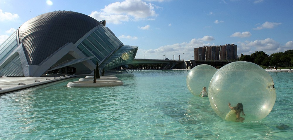 Things to do in Valencia with kids: enjoy activities on the water